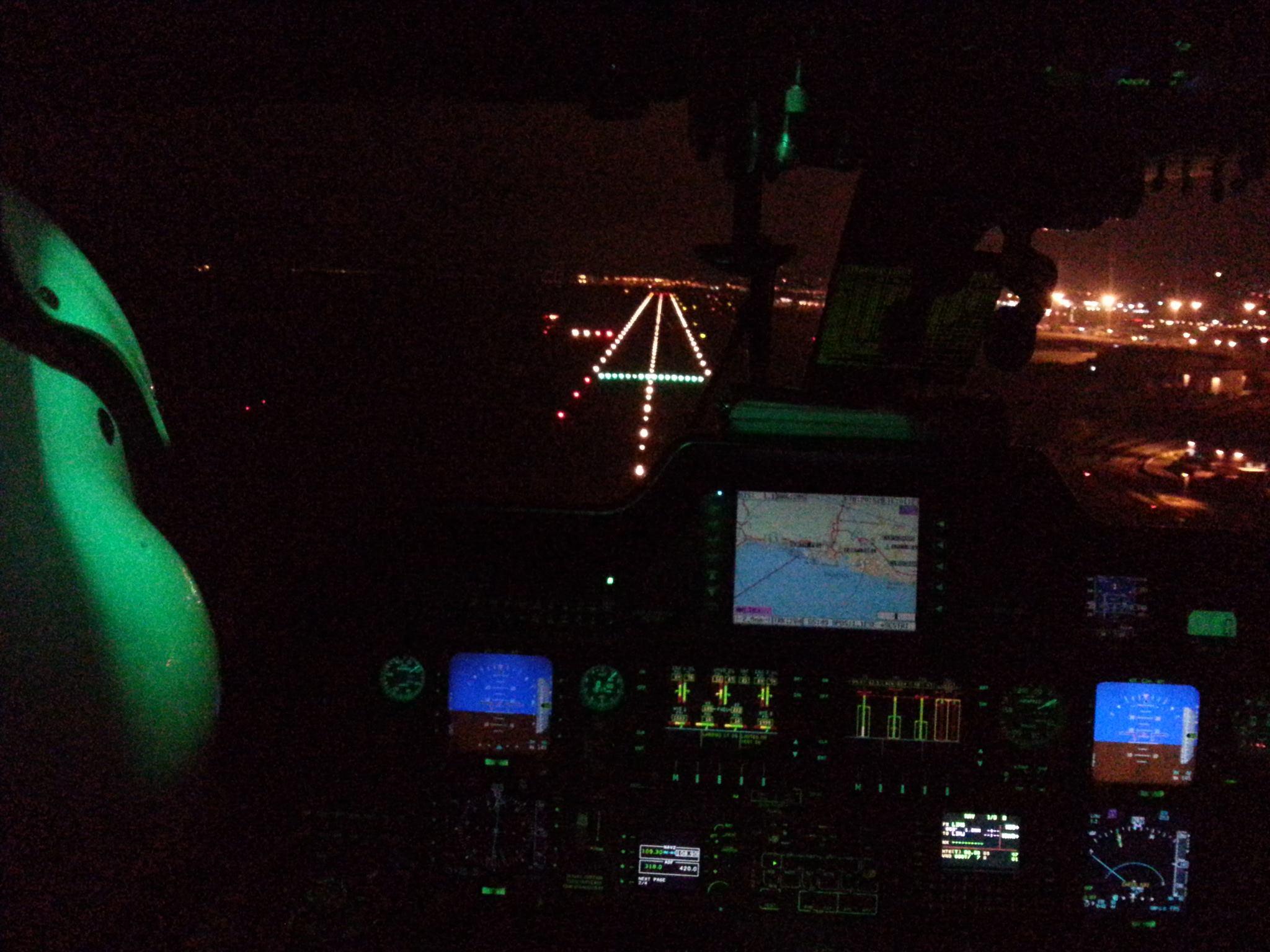 aereo pilota dalla cabina di notte
