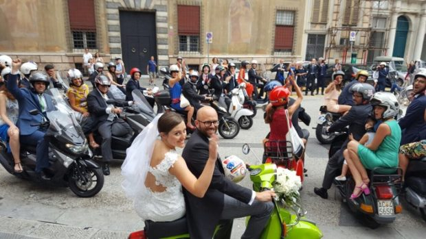 Matrimonio In Vespa : Matrimonio in vespa per alessandra e gigi scooter